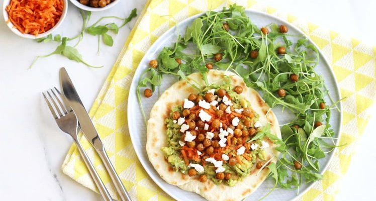 Naan au guacamole et pois chiche rôtis