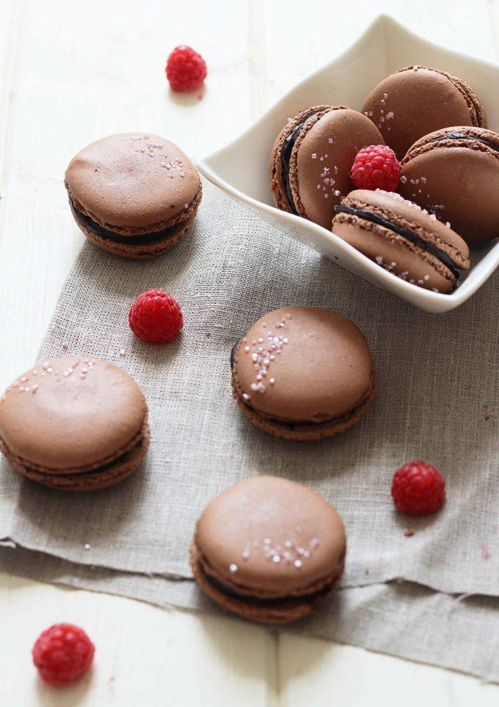 Macarons au chocolat et framboise
