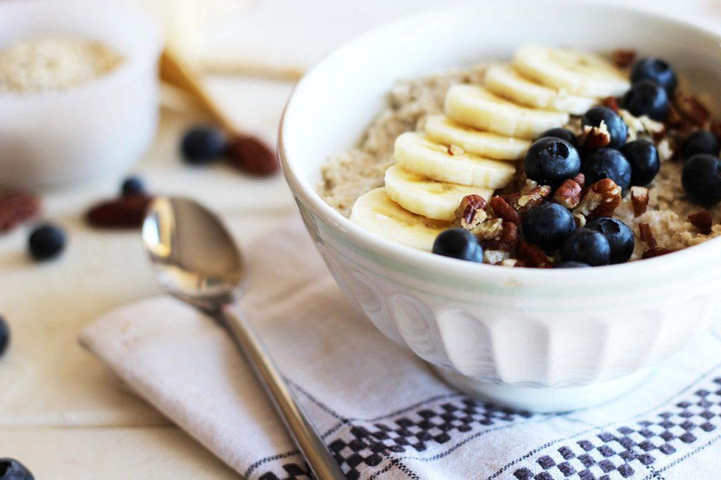 Porridge au lait de coco, banane, myrtilles et noix de pécan