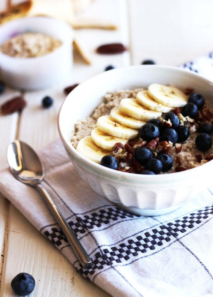 Porridge au lait de coco, banane, myrtilles et noix de pécan 3