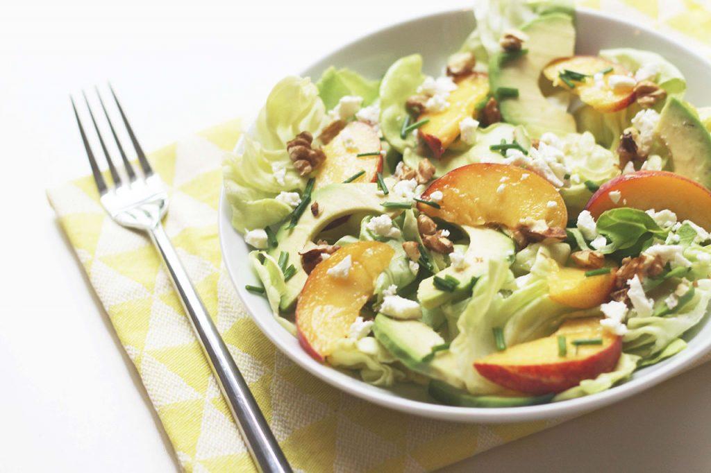 Salade d'avocat, de pêche, feta et noix 3