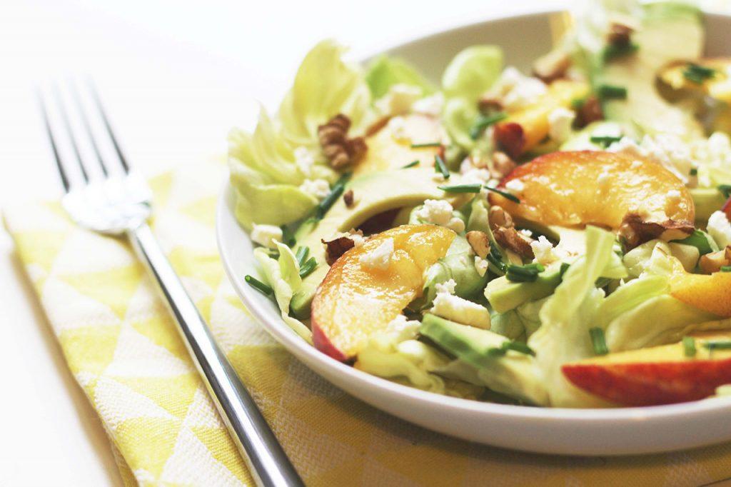 Salade d'avocat, de pêche, feta et noix 4