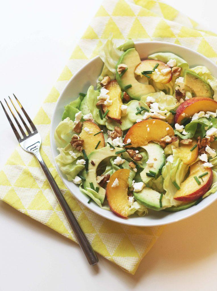 Salade d'avocat, de pêche, feta et noix