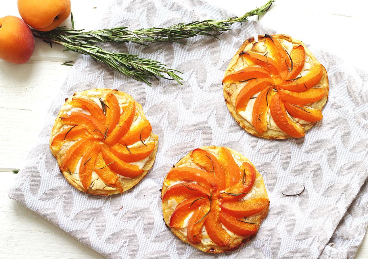 Tartelettes aux abricots, chèvre, miel et romarin