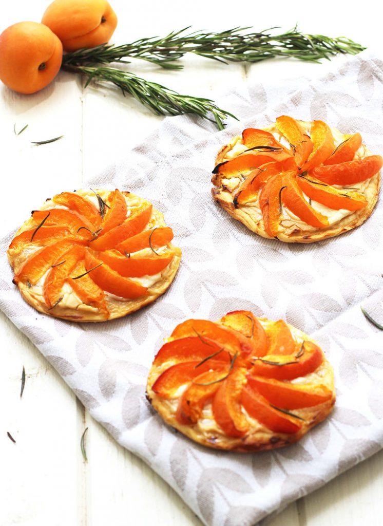 Tartelettes aux abricots, chèvre miel et romarin 3