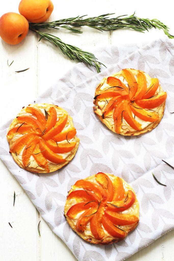 Tartelettes aux abricots, chèvre miel et romarin 4