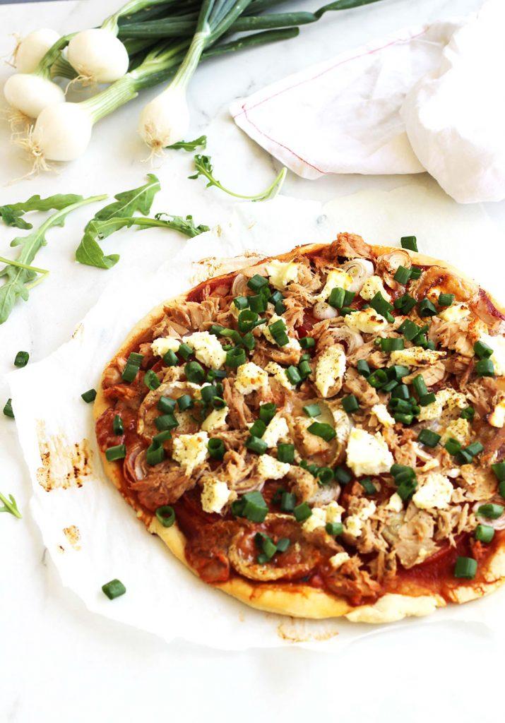 Pizza au thon, chèvre et oignon nouveau 2