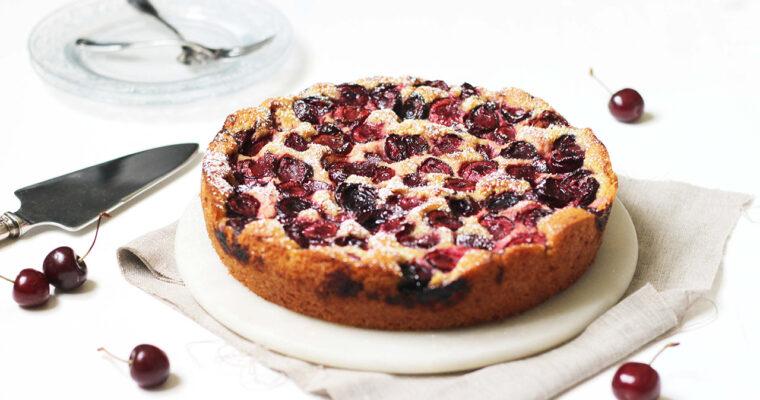 Gâteau aux cerises et à la rhubarbe