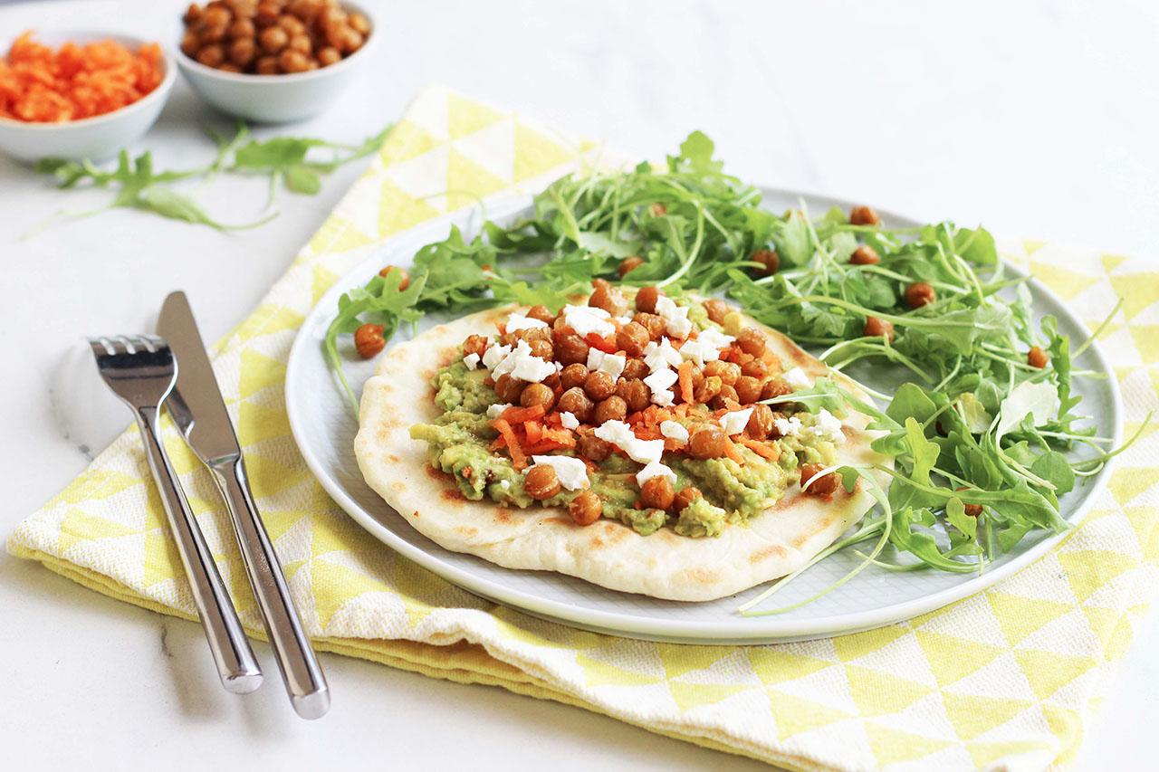 Naans au guacamole et pois chiches rôtis