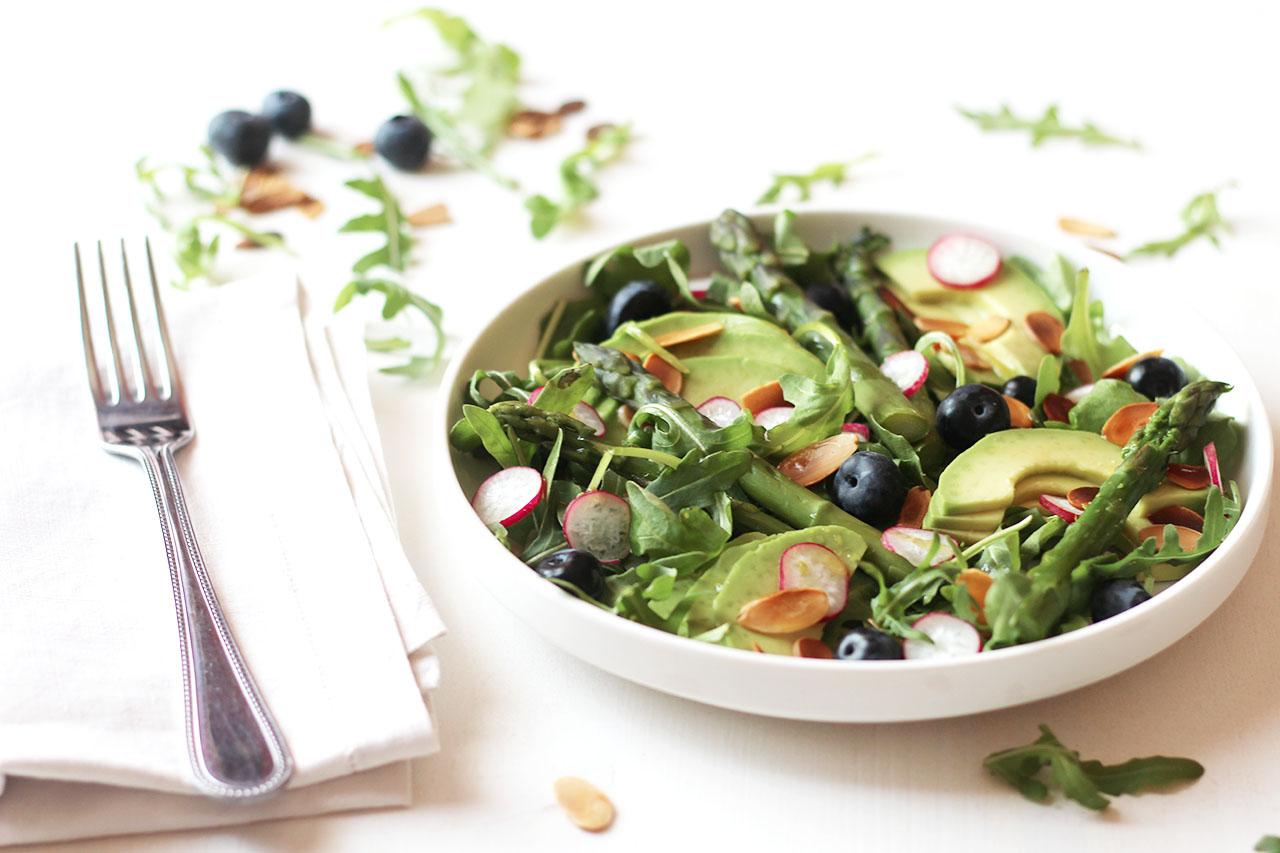 Salade printanière aux asperges vertes, avocat et myrtilles