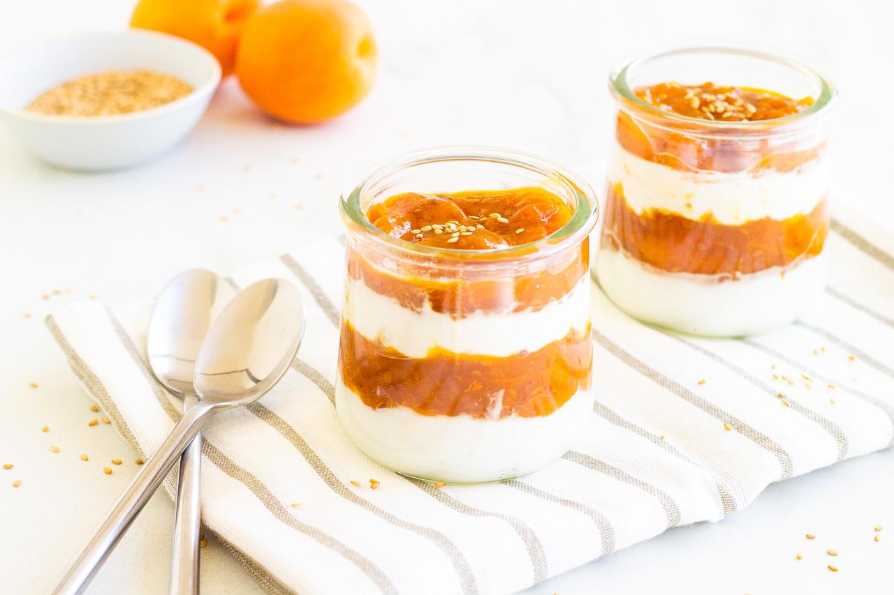 Yaourts au compoté d'abricots et sésame