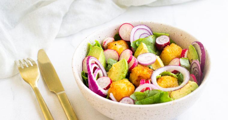 Salade rose à l'halloumi pané, avocat, radis et oignon rouge